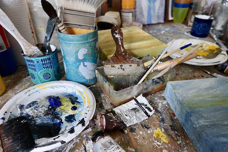 I temperatekniken blandas pigmenterna varje gång skilt av konstnären och processen är tidskrävande då färgerna målas i många tunna lager över varandra.