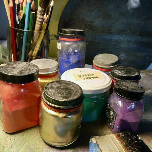 Penslar, färgtuber, pigmentburkar… Allt nödvändigt skall finnas till hands när inspirationen slår till.