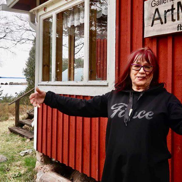 En varm välkomst av konstnären Terttu Schroderus-Gustafsson är garanterad då man besöker Galleria ArtMarina.